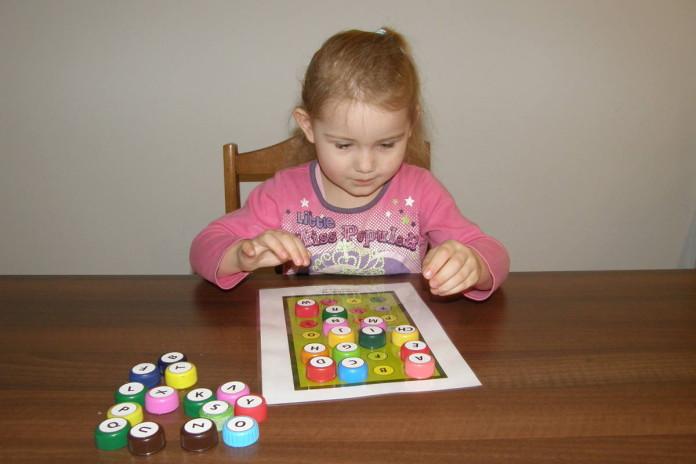 Písmenká - hra s vrchnáčikmi