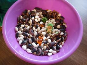 Deti sa hrajú s fazuľou