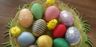 Veľkonočné vajíčka zdobené bavlnkou
