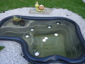 Sviečky plávajúce v záhradnom jazierku