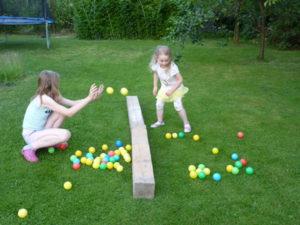 Prehadzovaná - hráme sa s loptičkami na záhrade