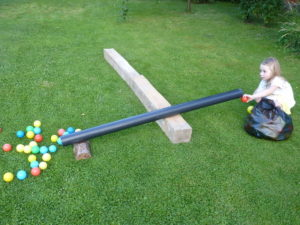 Hádžeme loptičky do rúry - hry pre deti